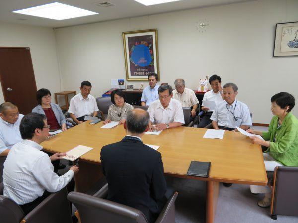 8月21日市長秘書室に申し入れる10名の市会議員